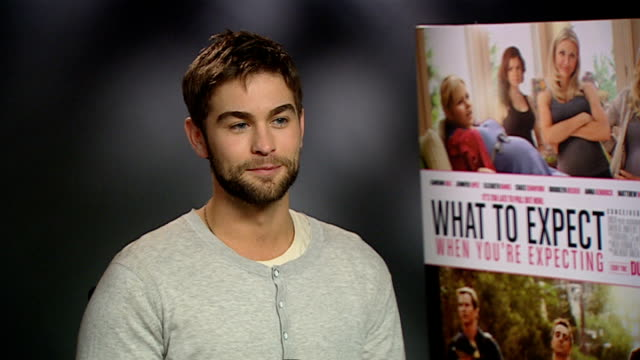 stockvideo's en b-roll-footage met 'what to expect when you're expecting' cast interviews chace crawford interview sot on learning about babies / interest in his personal life / dating... - ensemble lid