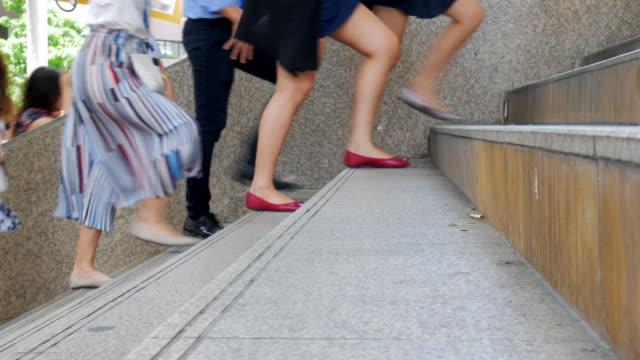 vídeos de stock, filmes e b-roll de pessoas de negócios única de pés filmado caminhando para o escritório - steps and staircases