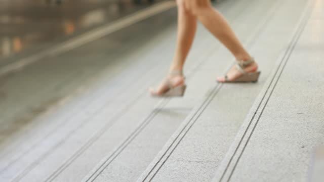 Gefilmte Füße Menschen steigt die Treppe im freien