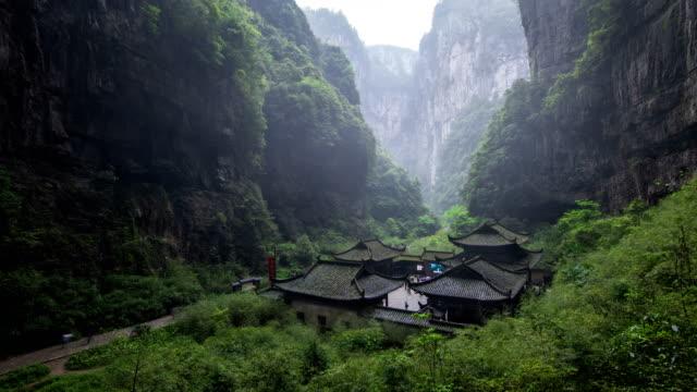 vídeos y material grabado en eventos de stock de filming site at three natural bridges in wulong karst national geology park, wulong, chongqing, china - pared de roca