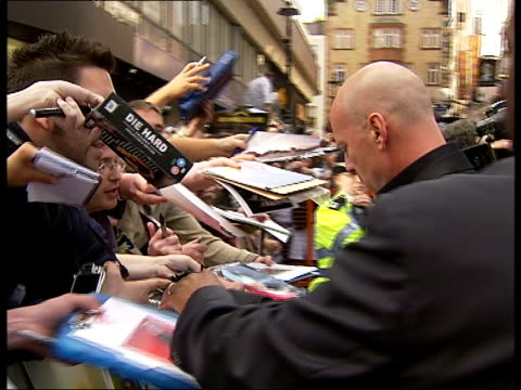'die hard 4' premiere in london bruce willis on red carpet bruce willis arriving on red carpet / various of bruce willis signing autographs for fans - bruce willis stock videos and b-roll footage