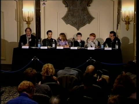 vidéos et rushes de harry potter film: actors press conference; press conference harry potter crest tilt down radcliffe - harry potter titre d'œuvre