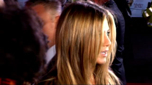 jennifer aniston & owen wilson arrivie for london premiere of 'marley and me': red carpet interviews; good shots of owen wilson and jennifer aniston... - オーウェン・ウィルソン点の映像素材/bロール