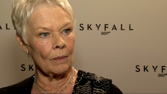vidéos et rushes de name of new bond film revealed interviews england london the corinthia hotel int dame judy dench speaking to press dame judy dench interview sot... - judi dench