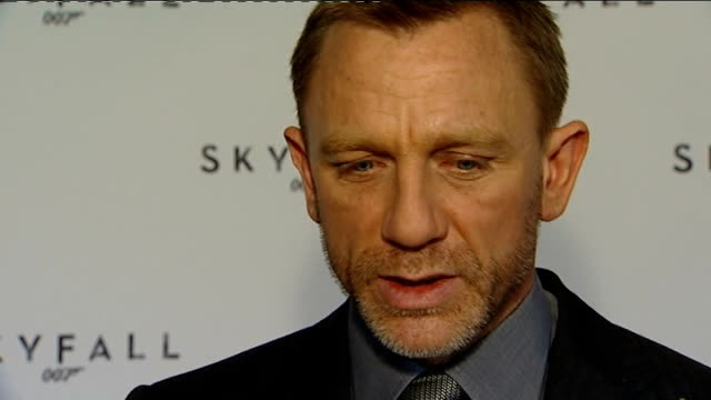 vídeos de stock, filmes e b-roll de name of new bond film revealed interviews england london the corinthia hotel int daniel craig speaking to press daniel craig interview sot start... - daniel craig ator