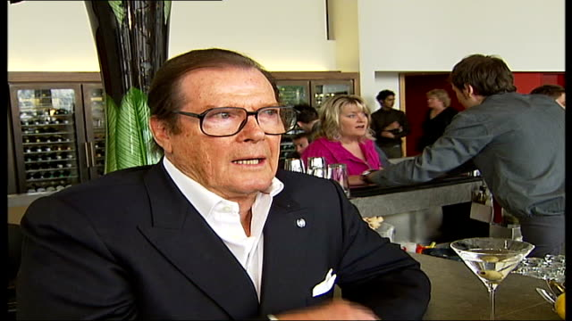 vídeos de stock, filmes e b-roll de national movie awards england london int roger moore interview sot talks of his role as james bond - james bond trabalho conhecido