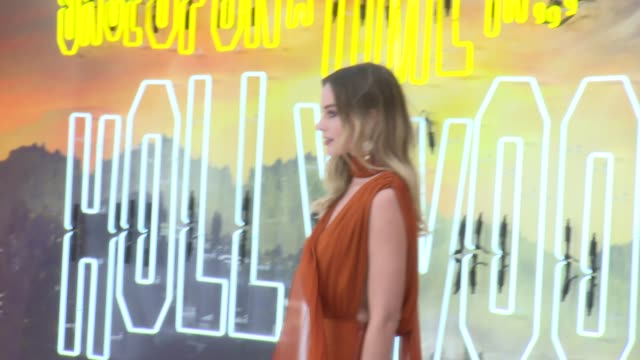 vídeos y material grabado en eventos de stock de 'once upon a time in hollywood' premiere interviews england london leicester square ext margot robbie on red carpet / damian lewis and helen mccrory... - brad pitt