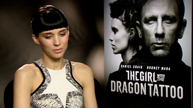 vídeos de stock, filmes e b-roll de 'the girl with the dragon tattoo' interviews england london int rooney mara interview sot on watching footage back but not being able to get lost in... - daniel craig ator