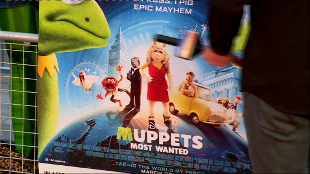 premiere of 'muppets most wanted': red carpet interviews; england: london: ext **music heard sot** **beware flash photography** miss piggy and kermit... - autographing stock videos & royalty-free footage