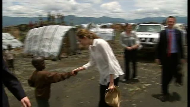 stockvideo's en b-roll-footage met 'unbroken' premiere angelina jolie interview cutaway lib congo near goma ext angelina jolie and william hague mp at un refugee camp - william hague