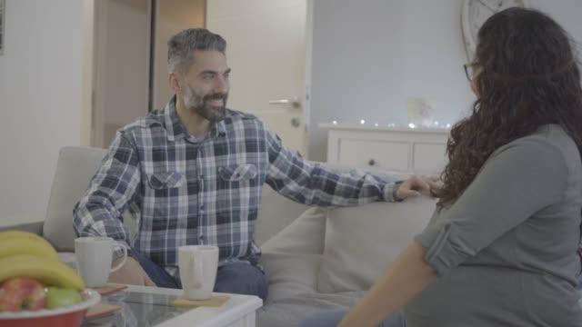 vídeos de stock e filmes b-roll de final check before birth - chamada a casa