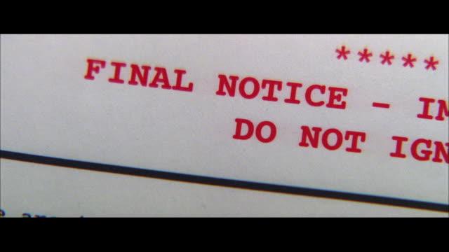 stockvideo's en b-roll-footage met pan a final notice warning on a letter - breedbeeldformaat