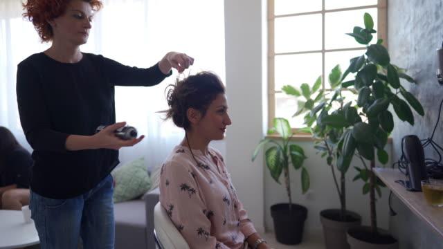 vídeos de stock, filmes e b-roll de toque final do cabeleireiro - salão de beleza