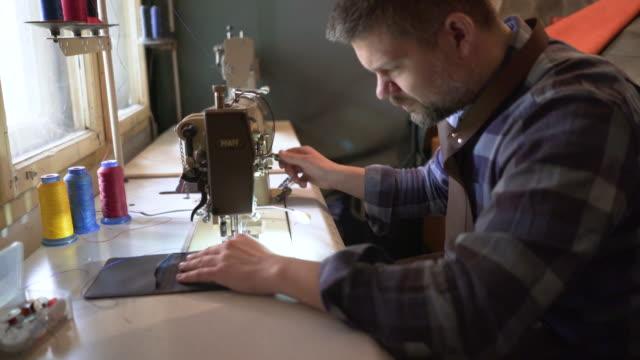 finalizing das produkt durch nähen - nähen stock-videos und b-roll-filmmaterial