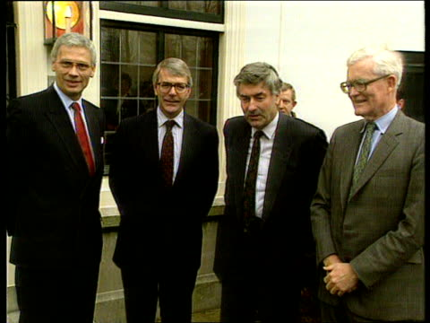 finance ministers pre maastricht talks holland the hague ms side car as door held open and pm john major gets out pan rl as he smiles and walks rl ms... - the hague 個影片檔及 b 捲影像
