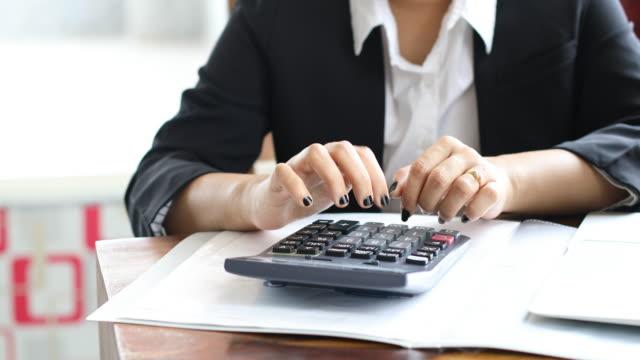 vídeos de stock e filmes b-roll de finance professional busy in work - trabalhadora de colarinho branco