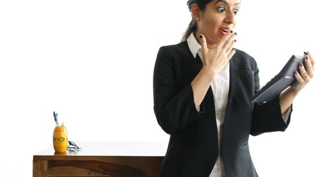 vídeos de stock e filmes b-roll de finance professional using calculator - trabalhadora de colarinho branco