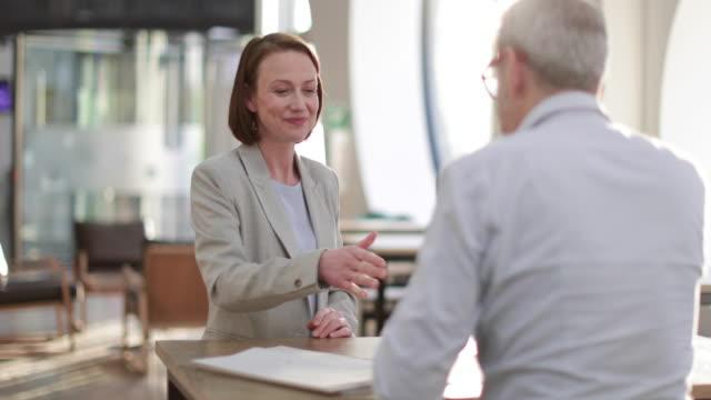 financial advisor meeting with client - anwalt stock-videos und b-roll-filmmaterial