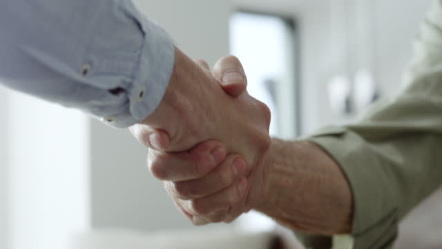 vídeos de stock e filmes b-roll de financial advisor shaking hands with older couple - guidance