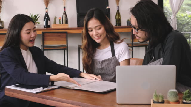 finanzberater zeigen darlehen sleihe vertrag detial auf tablet zu asiatischen barista business-inhaber.open neue restaurant business.small business unternehmer - darlehen stock-videos und b-roll-filmmaterial