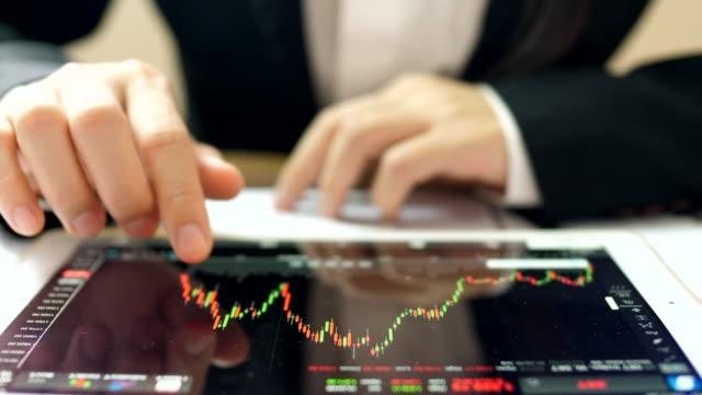 デジタル タブレットの金融アナリスト - big data点の映像素材/bロール