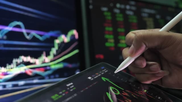 vídeos y material grabado en eventos de stock de los analistas financieros en tabletas digitales - big data