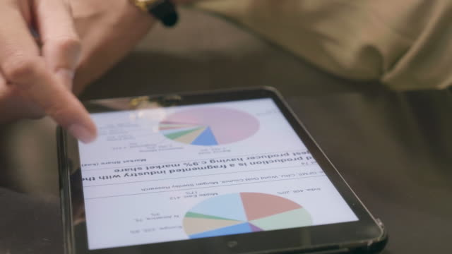 vídeos y material grabado en eventos de stock de analistas financieros consultar tablas y gráficos con tableta digital - panel de control