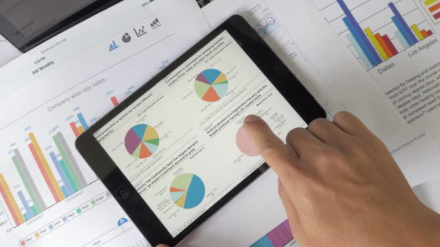 vídeos y material grabado en eventos de stock de analistas financieros consultar tablas y gráficos con tableta digital - big data