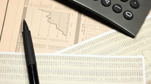 financial clip with calculator - bordsyteinspelning bildbanksvideor och videomaterial från bakom kulisserna