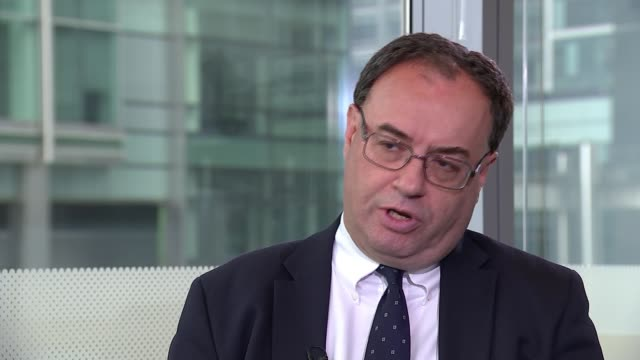 """financial conduct authority reforms to the lending sector """"don't go far enough"""" say critics; england: london: int various of reporter sat with andrew... - kritiker stock-videos und b-roll-filmmaterial"""