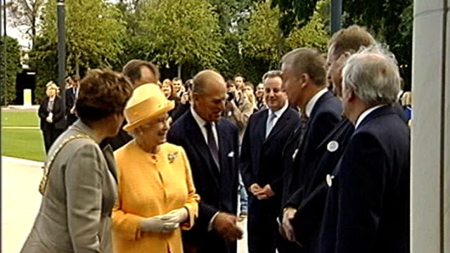 collapse of rbs partially the fault of the financial service authority r14090521 scotland edinburgh ext queen elizabeth ii meeting then rbs chief... - ロイヤル・バンク・オブ・スコットランド点の映像素材/bロール
