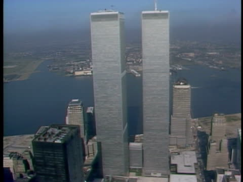 vídeos y material grabado en eventos de stock de financial district cityscape world trade center twin towers w/ hudson river bg moving south circling towers td/tu towers wtc 1 closest note brief... - world trade center manhattan