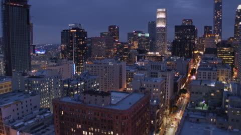 vídeos y material grabado en eventos de stock de financial district from historic core, los angeles - drone shot - night