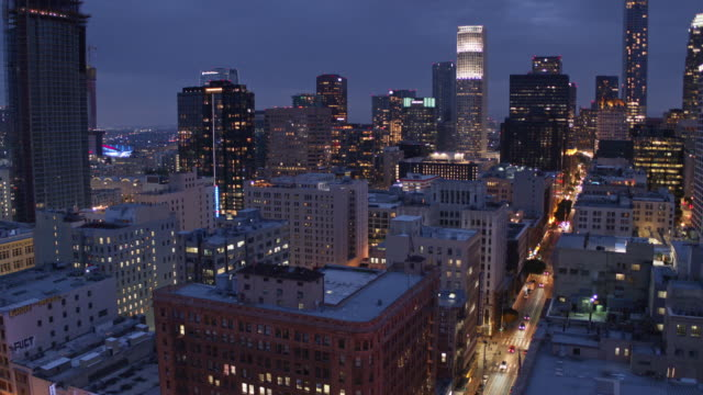 vídeos de stock, filmes e b-roll de financial district from historic core, los angeles - drone shot - noite