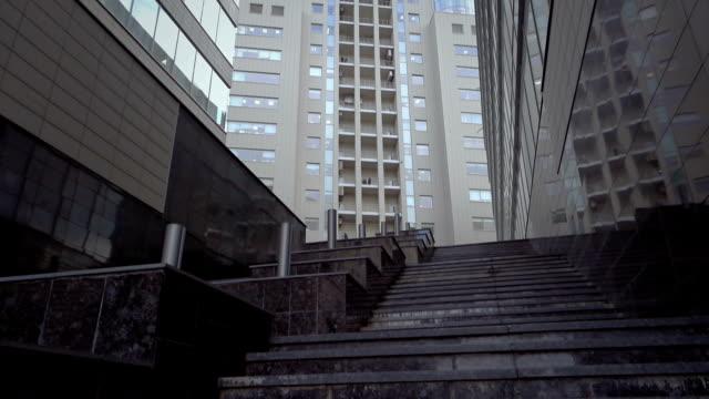 quartiere finanziario in una città moderna - gradino video stock e b–roll