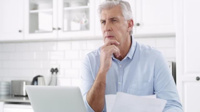 vidéos et rushes de la liberté financière exige une planification approfondie - main au menton