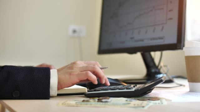 finanzplanung, geschäftsfrau kalkuliert - papierkram stock-videos und b-roll-filmmaterial