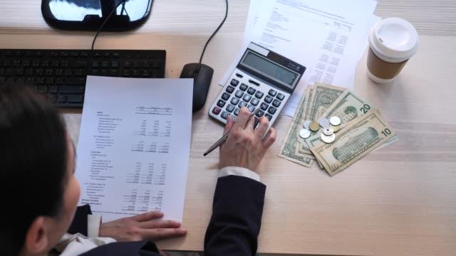 vídeos y material grabado en eventos de stock de planificación financiera, empresaria calculando - corrupción corporativa
