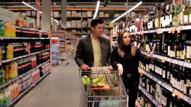 vidéos et rushes de problèmes financiers dans le shopping - alcool