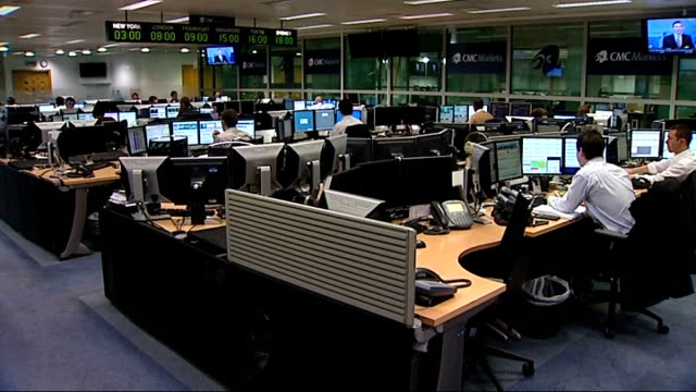 vídeos de stock, filmes e b-roll de trading floor at cmc markets in london england london int digital clock turning to 800 am as london stock exchange opens pull out trading floor /... - bolsa de valores de londres