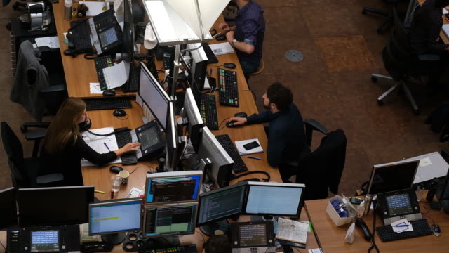 vidéos et rushes de financial traders monitor data on the trading floor inside the amsterdam stock exchange, operated by euronext nv, in amsterdam, netherlands, on... - équipement informatique