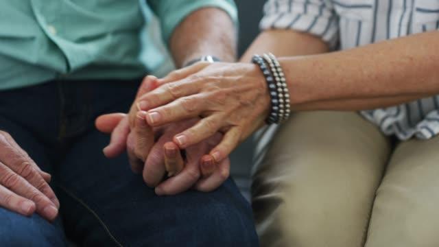 vidéos et rushes de trouvez le confort dans votre compagnon de vie - mari