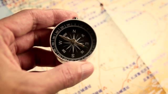 vidéos et rushes de trouvez votre direction - boussole