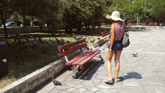 vídeos y material grabado en eventos de stock de encontrar su lugar tranquilo - una sola mujer joven