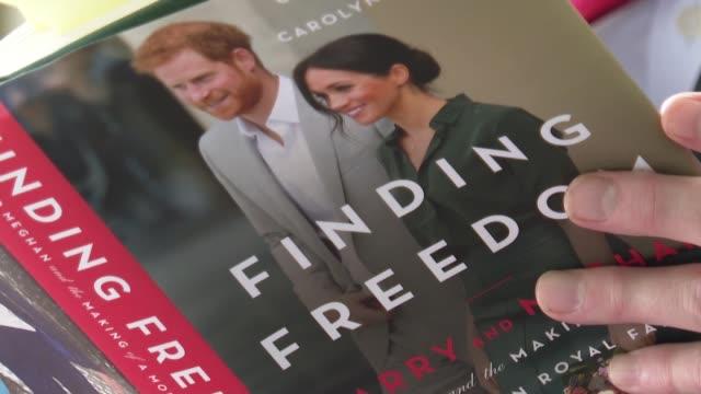 """finding freedom"""" es el título de un libro que detalla cómo se produjo el alejamiento del príncipe enrique y su esposa meghan de la familia real... - freedom stock videos & royalty-free footage"""