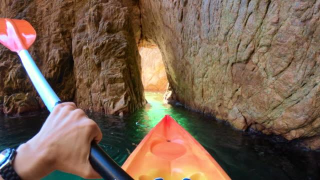 vidéos et rushes de finding hidden places doing kayak from personal perspective in the girona costa brava during summer. recorriendo rincones encantadores de la costa brava de gerona en caiac durante el verano. 2020. - caméra portable