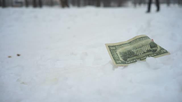vídeos de stock e filmes b-roll de encontrar dinheiro - encontrar