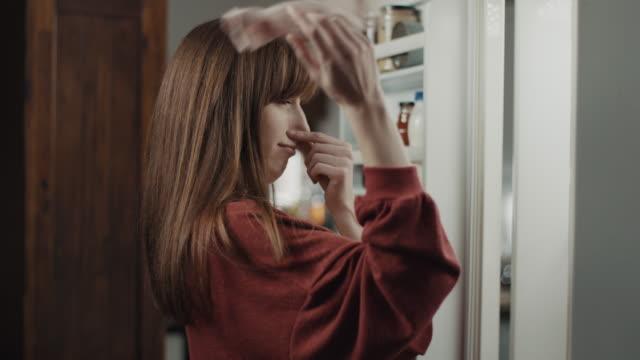vídeos de stock, filmes e b-roll de encontrar meia na geladeira - cheirar