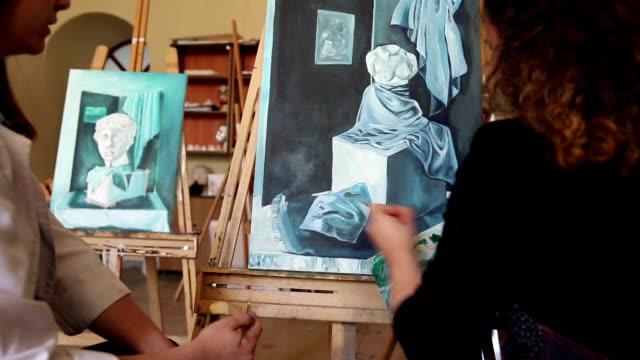 kunststudenten malen - malklasse stock-videos und b-roll-filmmaterial