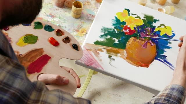 4к bildender künstler malerei in der werkstatt - pinsel stock-videos und b-roll-filmmaterial